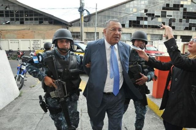 Arístides Crespo es trasladado al Juzgado de Turno de la capital. (Foto Prensa Libre: Estuardo Paredes)
