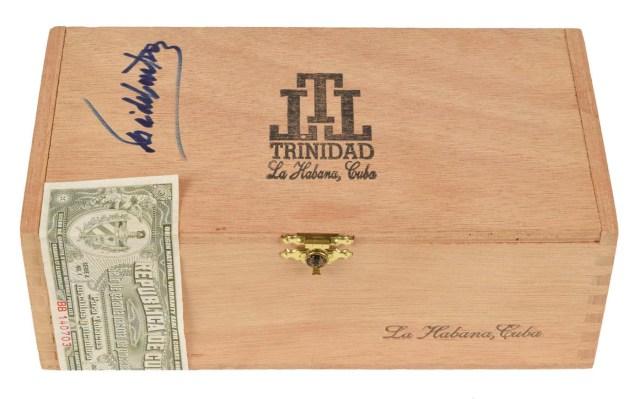 MIA27. MIAMI (EE.UU), 11/01/2018.- Fotografía cedida por RR Subastas muestra la caja de puros firmada por el líder de la revolución cubana, Fidel Castro, que fue vendida en una subasta en Boston por 26.950 dólares, según informó hoy, jueves 11 de enero de 2018, la casa de subastas estadounidense RR Auction. La caja, que la casa de subastas asegura que formaba parte de la colección personal del dirigente cubano (1926-2016), tiene un tamaño de 21 x 11 x 7,5 centímetros, contiene 24 cigarros del tipo Fundadores de la marca Trinidad y todavía mantiene el sello de garantía de procedencia para tabacos torcidos y picadura cubanos. EFE/RR Auction/SOLO USO EDITORIAL/NO VENTAS