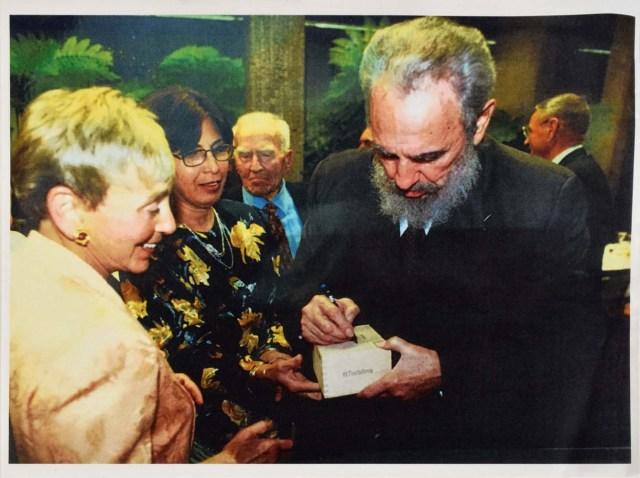 MIA29. MIAMI (EE.UU), 11/01/2018.- Fotografía cedida por RR Subastas muestra el líder de la revolución cubana Fidel Castro (d) firmando una caja de puros en marzo de 2002 a la activista y filántropa estadounidense de origen húngaro Eva Haller (i). Una caja de puros firmada por el líder de la revolución cubana Fidel Castro fue vendida al mejor postor en Boston (EE.UU.) por 26.950 dólares, informó hoy la casa de subastas estadounidense RR Auction. La caja, que la casa de subastas asegura que formaba parte de la colección personal del dirigente cubano (1926-2016), tiene un tamaño de 21 x 11 x 7,5 centímetros, contiene 24 cigarros del tipo Fundadores de la marca Trinidad y todavía mantiene el sello de garantía de procedencia para tabacos torcidos y picadura cubanos. EFE/RR Auction/SOLO USO EDITORIAL/NO VENTAS