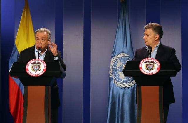 El presidente colombiano, Juan Manuel Santos (d), habla durante una rueda de prensa con el secretario general de la ONU, António Guterres (i), hoy, sábado 13 de enero de 2018, en el Palacio de Nariño en Bogotá (Colombia). EFE/MAURICIO DUEÑAS CASTAÑEDA