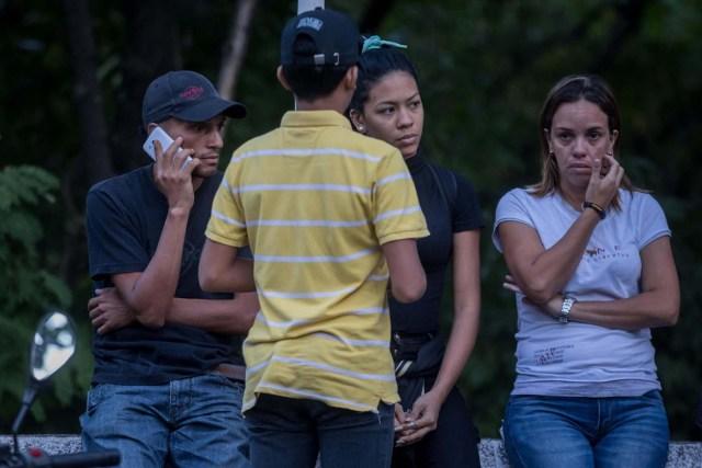 CAR001. CARACAS (VENEZUELA), 18/01/2018. Luis Bolívar (i) y Nicol Díaz (c), el primo hermano y la hija de José Alejandro Díaz Pimentel, respectivamente, quien era funcionario de la Contrainteligencia Militar y se unió a la rebelión de Pérez, permanece en las inmediaciones de la morgue hoy, jueves 18 de enero del 2018, en Caracas (Venezuela). Parlamentarios de la oposición venezolana denunciaron hoy que las autoridades han presionado a familiares del inspector de Policía Óscar Pérez y de los otros seis integrantes del grupo de sublevados que lideraba para que autoricen la cremación de sus cadáveres. EFE/Miguel Gutiérrez