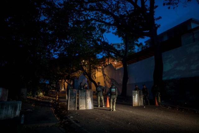 CAR002. CARACAS (VENEZUELA), 18/01/2018. Miembros de la Guardia Nacional Bolivariana (GNB) custodian las inmediaciones de la morgue hoy, jueves 18 de enero del 2018, en Caracas (Venezuela). Parlamentarios de la oposición venezolana denunciaron hoy que las autoridades han presionado a familiares del inspector de Policía Óscar Pérez y de los otros seis integrantes del grupo de sublevados que lideraba para que autoricen la cremación de sus cadáveres. EFE/Miguel Gutiérrez