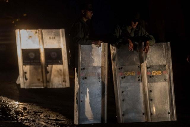 CAR003. CARACAS (VENEZUELA), 18/01/2018. Miembros de la Guardia Nacional Bolivariana (GNB) custodian las inmediaciones de la morgue hoy, jueves 18 de enero del 2018, en Caracas (Venezuela). Parlamentarios de la oposición venezolana denunciaron hoy que las autoridades han presionado a familiares del inspector de Policía Óscar Pérez y de los otros seis integrantes del grupo de sublevados que lideraba para que autoricen la cremación de sus cadáveres. EFE/Miguel Gutiérrez
