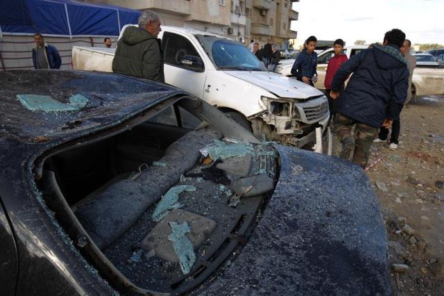 Residentes locales inspeccionan los daños tras la explosión de dos coches bomba en Bengasi, Libia, hoy, 24 de enero de 2018. Ascienden a 31 las personas muertas y a 43 la heridas anoche al estallar dos coches bomba en Bengasi, segunda ciudad en importancia de Libia, informó a Efe un responsable médico. Fuentes de Seguridad explicaron, por su parte, que el primer vehículo explotó cuando un grupo de fieles salía de una de las mezquitas del bario de Almaniya, en el centro de la urbe, y el segundo treinta minutos después, cuando ya habían llegado los servicios de socorro. EFE/ Str