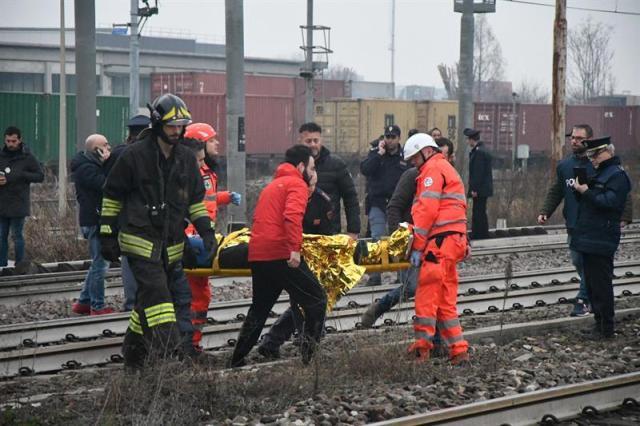 MILÁN (ITALIA), 25/01/2018.- Miembros de los servicios de emergencia evacúan a uno de los heridos después de que un tren descarrilara cerca de Milán (Italia) hoy, 25 de enero de 2018. Dos personas murieron hoy y un centenar resultaron heridas, diez de ellas en estado crítico, confirmaron a EFE fuentes de los servicios de emergencia. EFE/BENNATI