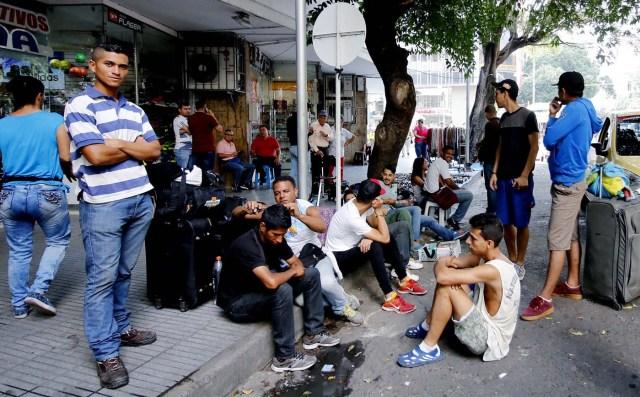 ACOMPAÑA CRÓNICA: COLOMBIA VENEZUELA. BOG04. CÚCUTA (COLOMBIA), 26/01/2017. Ciudadanos venezolanos se reúnen en un parque público hoy, viernes 26 de enero de 2018, en Cúcuta (Colombia). La ciudad colombiana de Cúcuta ha sido siempre sinónimo de hermandad e integración con Venezuela por su privilegiada situación en la línea de frontera, pero la avalancha de personas que llega a diario para escapar de la crisis del país vecino amenaza esa convivencia. EFE/Schneyder Mendoza