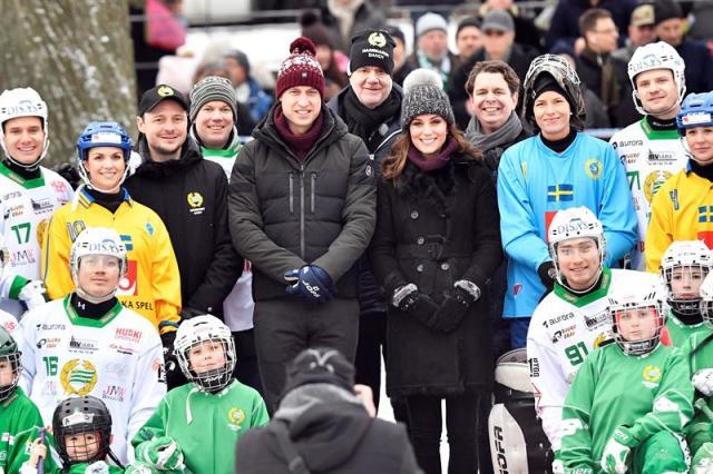 Los duques de Cambridge, el príncipe Guillermo (centro izda), y Kate Middleton (centro dcha), posan junto a integrantes de la plantilla del equipo de hockey sueco Hammarby, en una pista de hielo en el centro de Estocolmo, Suecia, hoy, 30 de enero de 2018. Los duques de Cambridge participaron en un evento de hockey durante su visita oficial, que dura cuatro días, a Suecia y Noruega. EFE/ Jonas Ekstromer