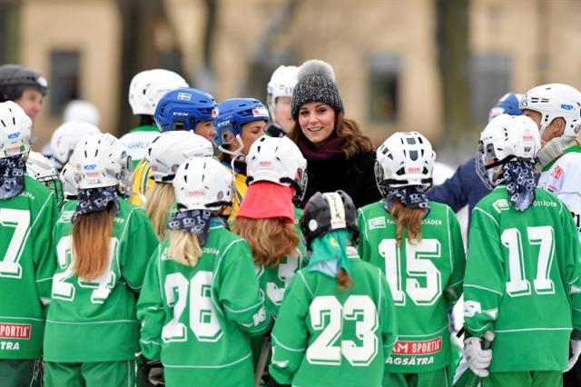 Los duques de Cambridge participaron en un evento de hockey durante su visita oficial, que dura cuatro días, a Suecia y Noruega. EFE/ Jonas Ekstromer