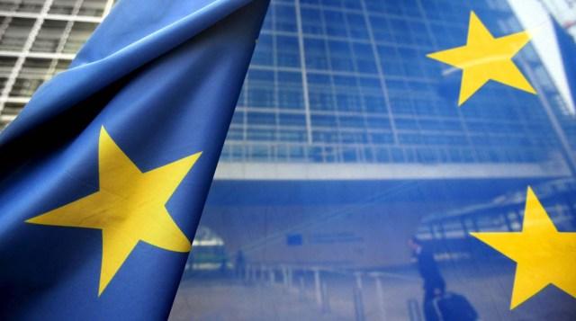 """BRU1 BRUSELAS (BÉLGICA) 23/10/2013.- Fotografía de archivo tomada el 7 de junio de 2006 que muestra una bandera de la Unión Europea frente a la sede de la Comisión Eurpea (CE) en Bruselas (Bélgica). La Comisión Europea (CE) descartó ayer que la Unión Europea (UE) entre en una situación de cierre administrativo prolongado o """"shut-down"""" al estilo estadounidense, pero instó a los Estados miembros y al Parlamento Europeo a cerrar un acuerdo que asigne fondos adicionales al presupuesto de 2013. EFE/Olivier Hoslet"""