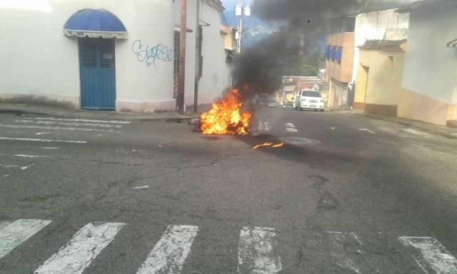 Una turba de personas golpeó a un presunto delincuente que atracaba a un ama de casa en el Pasaje Acueducto, y le quemaron la motocicleta. (Foto/ Jorge Castellanos)