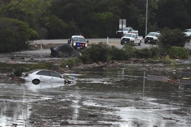 Vehículos abandonados flotando entre agua y escombros tras un deslave en Montecito, EEUU, ene 9, 2018.   Mike Eliason/Santa Barbara County Fire Department/Handout via REUTERS   IMAGEN CEDIDA POR TERCEROS