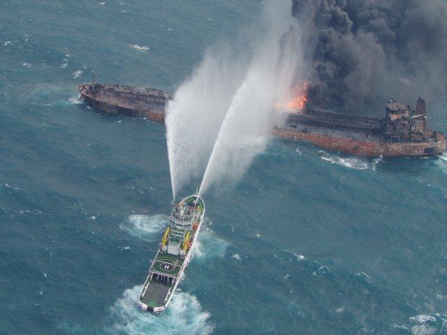 Un barco de rescate intenta extinguir el incendio enm el tanquero iraní Sanchi en el Mar de China Oriental. 10 enero 2018.  Décima Sede Regional de la Guardia Costera de Japón/entrega vía Reuters