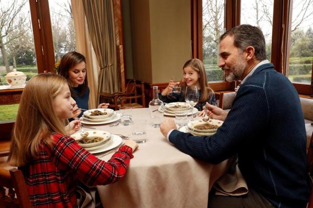 """Fotografía facilitada por la Casa de S.M. El Rey. La celebración del 50 cumpleaños de Felipe VI el próximo martes, día 30, ha llevado a la Casa del Rey a distribuir imágenes de vídeo y fotografías inéditas de su actividad en el último año que incluyen escenas en familia con doña Letizia y sus hijas, Leonor y Sofía. En la comida en su residencia, que tuvo lugar el pasado día 13, se ve a los cuatro conversando mientras toman el primer plato, una sopa que previamente ha servido doña Letizia. Es parte de la charla en la que padres e hijas hablan de los exámenes, del tiempo -""""la lluvia nos viene muy bien"""", dice el Rey- o de lo que van a hacer por la tarde, para lo que don Felipe propone un paseo por el campo. / EFE"""