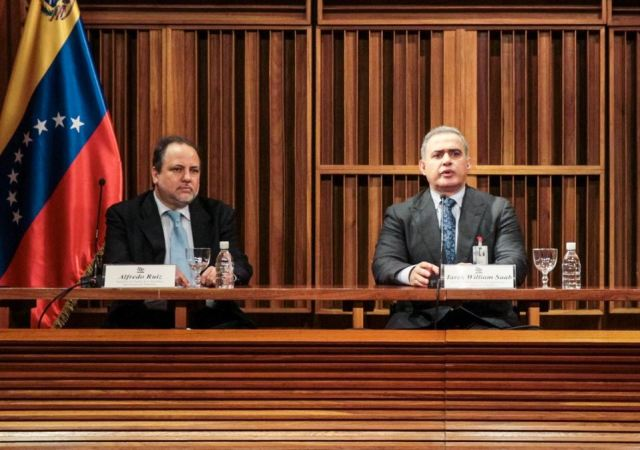 El fiscal general de Venezuela, Tarek William Saab (c), acompañado por el nuevo defensor del pueblo, Alfredo Ruiz Foto: EFE/Miguel Gutiérrez