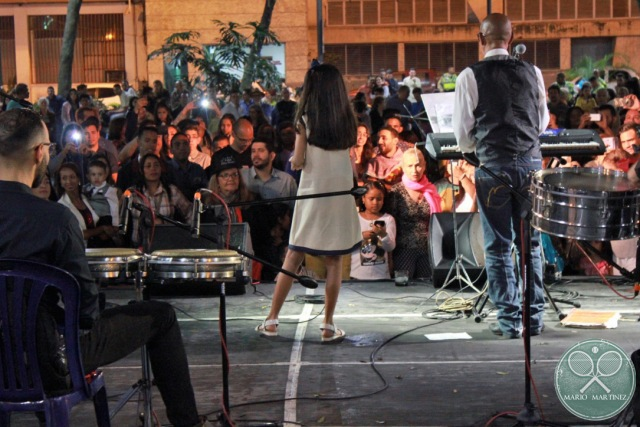 Joven del municipio cantando