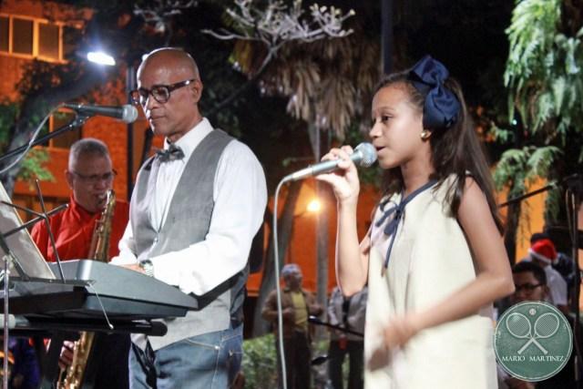 Joven edad 12 cantando