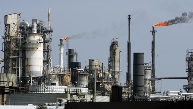 Galveston, UNITED STATES: An oil refinery is pictured 22 September 2005 on Galveston Bay in Texas City, TX. Hurricane Rita threatens a large portion of the US oil and gas operations industry in the Gulf of Mexico and along the Texas coast just weeks after a devastating blow to the sector from Katrina. Oil producers and refiners were attempting to secure their facilities in the face of a storm that threatens about 27.5 percent of the industry, said Red Cavaney, president of the American Petroleum Institute. AFP PHOTO/Robert SULLIVAN (Photo credit should read ROBERT SULLIVAN/AFP/Getty Images)