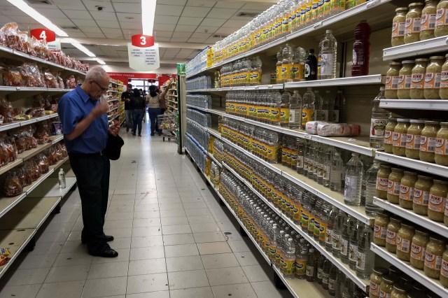 Personas buscan alimentos en un supermercado hoy, sábado 6 de enero del 2018, en la ciudad de Caracas (Venezuela). Inspectores del Gobierno venezolano ordenaron este viernes a unas 26 cadenas de supermercados en Venezuela bajar los precios de distintos productos, informó hoy el diario local Últimas Noticias, que no detalla el porcentaje de la rebaja. EFE/Miguel Gutiérrez
