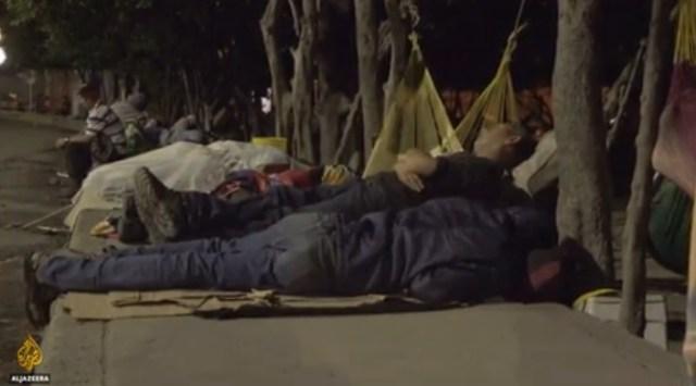 Venezolanos durmiendo a la intemperie en la ciudad colombiana de Cúcuta en Enero de 2018. Captura Al Jazeera