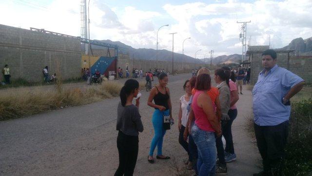 Familiares esperan a las afueras de la cárcel 26 de julio. (Foto: @DimasDRivas)