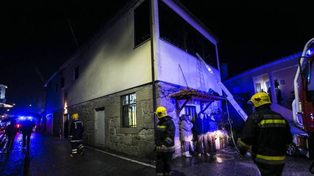 Los servicios de emergencia junto al local incendiado en Vila Nova Da Rainha. RTP MARIA JOAO GALA (AFP)