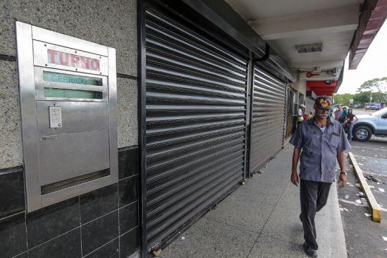 Ciudadanos también manifiestan su preocupación al observar importantes comercios cerradosFOTO WILLIAM URDANETA