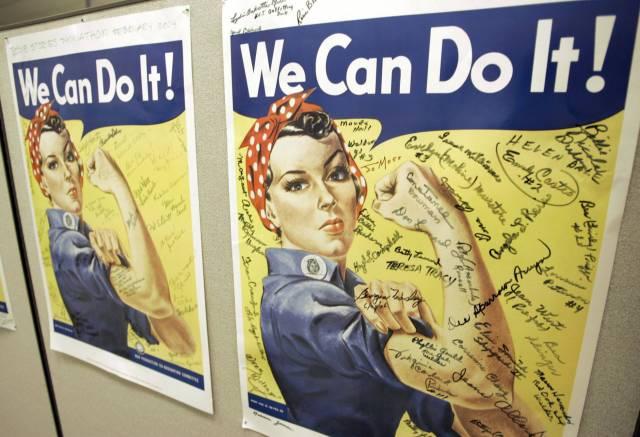 Un póster con la famosa figura de Rosie la Remachadora, icono de la Segunda Guerra Mundial.