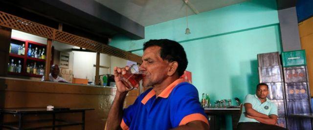 Un hombre de Sri Lanka bebe una bebida alcohólica en un bar en Colombo, Sri Lanka, el viernes 12 de enero de 2018. Sri Lanka ha revocado una prohibición de 38 años de vender alcohol a las mujeres y emplearlas en lugares donde se producen y producen cervezas. vendido. (Foto AP / Eranga Jayawardena)