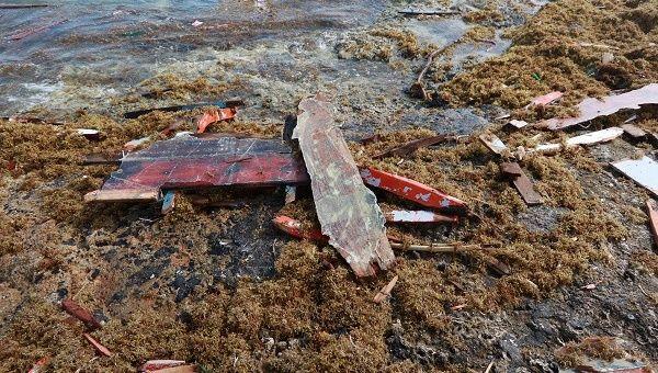 trozos de madera en la orilla donde se encontraron cuerpos de cuatro personas, luego de que su barco se rompió varios kilómetros antes de llegar a Curazao, según un miembro de la familia venezolana de uno de los pasajeros a bordo que sobrevivió, cerca de Willemstad
