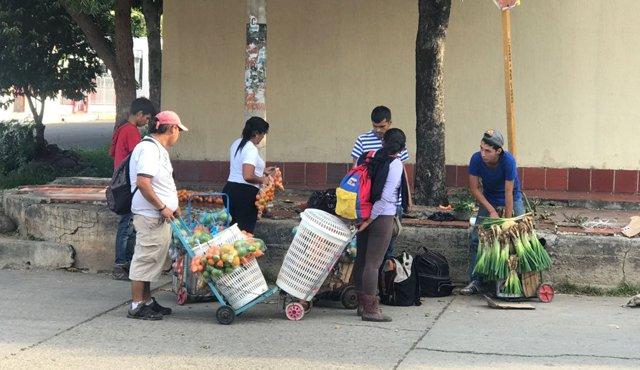 Cúcuta está repleta de vendedores informales venezolanos, quienes llegan en las mañanas a recorrer las calles cucuteñas, y luego retornan por el puente Simón Bolívar