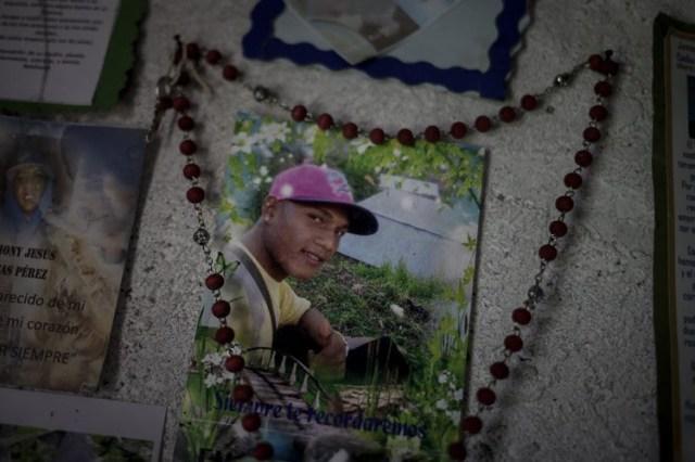 Una vieja foto de Eliezer Ramírez, asesinado en octubre de 2016 durante una operación de seguridad en Barlovento, Venezuela, cuelga de una pared de su casa.