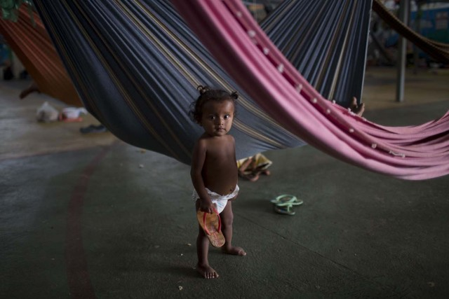 Venezuelan refugee child from the Venezuelan indigenous tribe Warao is pictured at a shelter in the city of Boa Vista, Roraima, Brazil, on February 24, 2018. According with local authorities, around one thousand refugees are crossing the Brazilian border each day from Venezuela. With the constant influx of Venezuelan immigrants most are living in shelters and the streets of Boa Vista and Paracaima cities. / AFP PHOTO / MAURO PIMENTEL