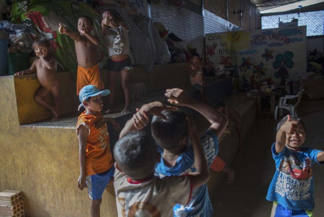 Venezuelan refugee children from indigenous tribes play inside a shelter in the city of Boa Vista, Roraima, Brazil, on February 24, 2018. According with local authorities, around one thousand refugees are crossing the Brazilian border each day from Venezuela. With the constant influx of Venezuelan immigrants most are living in shelters and the streets of Boa Vista and Paracaima cities, looking for work, medical care and food. Most are legalizing their status to stay and live in Brazil. / AFP PHOTO / MAURO PIMENTEL