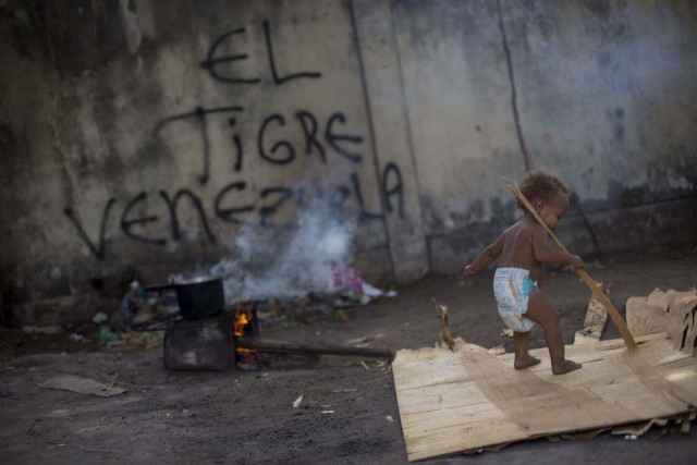 Venezuelan refugee child walks inside a shelter in the city of Boa Vista, Roraima, Brazil, on February 24, 2018. According with local authorities, around one thousand refugees are crossing the Brazilian border each day from Venezuela. With the constant influx of Venezuelan immigrants most are living in shelters and the streets of Boa Vista and Paracaima cities, looking for work, medical care and food. Most are legalizing their status to stay and live in Brazil. / AFP PHOTO / MAURO PIMENTEL
