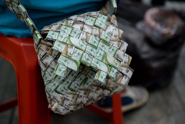 Closeup of a purse made by Venezuelan Wilmer Rojas, out of Bolivar banknotes in Caracas on January 30, 2018. A young Venezuelan tries to make a living out of devalued Bolivar banknotes by making crafts with them. / AFP PHOTO / FEDERICO PARRA