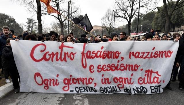 Miles de personas marcharon este sábado en Macerata contra el fascismo  / AFP FOTO/ TIZIANA FABI