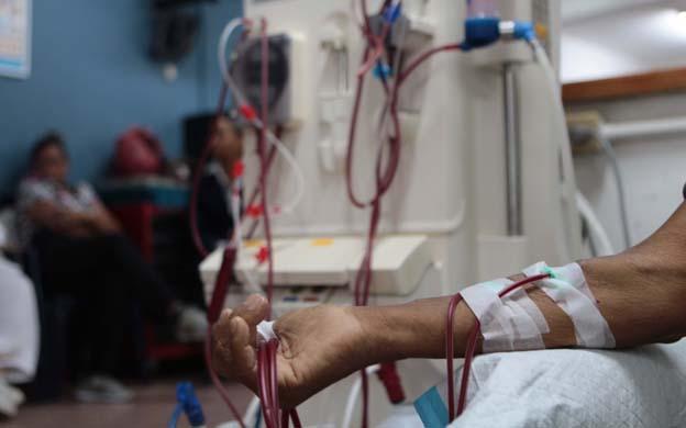 Los tratamientos para pacientes renales se han dificultado en las últimas semanas por falta de equipos. (Foto: José Nava)