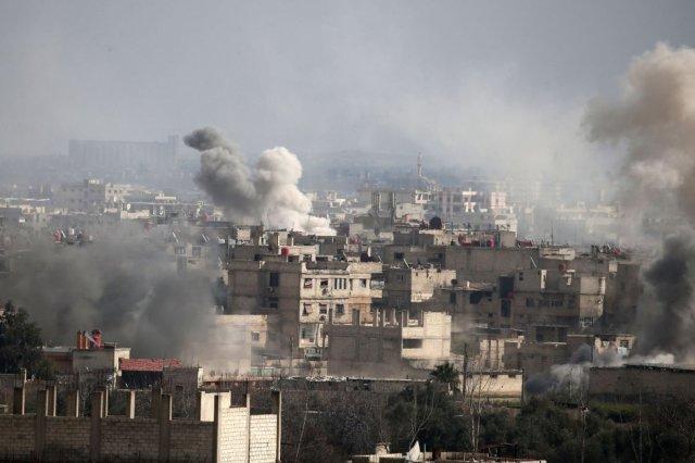 Vista de Guta Oriental tras un ataque aéreo del régimen sirio, el 20 de febrero de 2018. El intenso fuego de artillería durante las últimas dos semanas marca el preludio de la inminente ofensiva terrestre de las fuerzas especiales sirias, que están siendo reagrupadas en las afueras de Damasco para penetrar en el mayor reducto insurrecto de la capital. (Foto: ABDULMONAM EASSA / AFP)