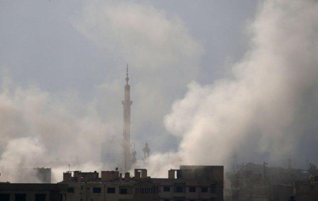 Una columna de humo se eleva en Hamouria tras un ataque aéreo del régimen en la región de Guta oriental, el 20 de febrero de 2018. (Foto: ABDULMONAM EASSA / AFP)