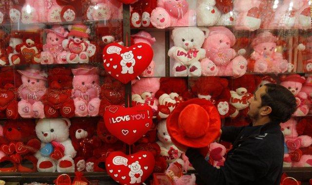 Un comerciante cuelga las existencias recién llegadas en su tienda antes del día de San Valentín en Peshawar, Pakistán, el 7 de febrero de 2018. REUTERS / Fayaz Aziz