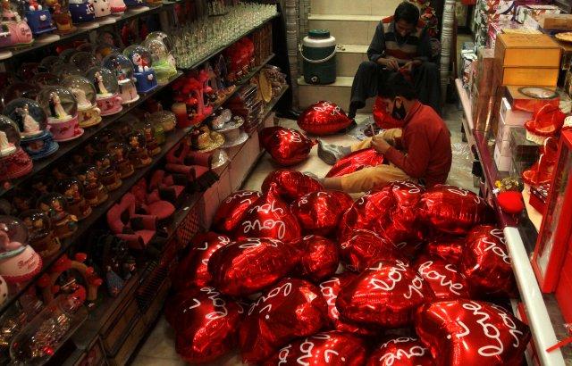Los hombres inflan globos en forma de corazón antes del día de San Valentín en Peshawar, Pakistán, el 7 de febrero de 2018. REUTERS / Fayaz Aziz
