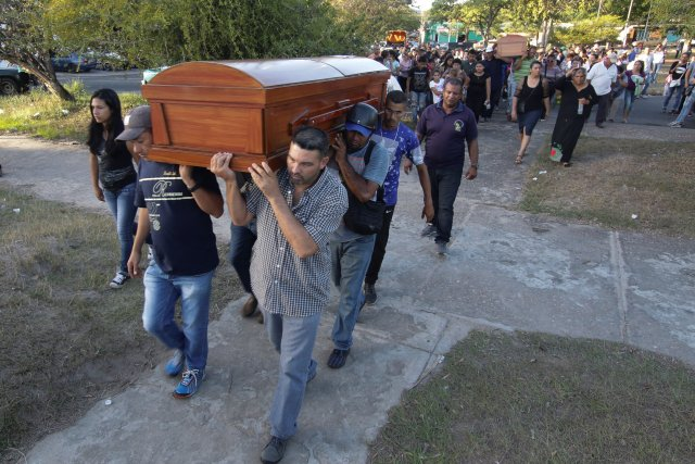 REFILE - CORRECTING NAME Mourners carry the coffin of Joel Contreras and Jovanni Vera, who died during clashes between soldiers and illegal miners in Guasipati according to local media, during their funeral at the cemetery in Upata, Venezuela February 12, 2018. REUTERS/William Urdaneta NO RESALES. NO ARCHIVES