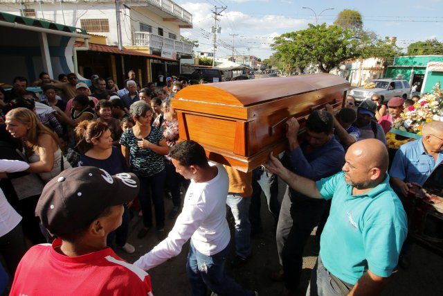 Mourners carry the coffin of Jovanni Vera, who died during clashes between Venezuelan soldiers and illegal miners in Guasipati according to local media, during his funeral at the cemetery in Upata, Venezuela February 12, 2018. REUTERS/William Urdaneta NO RESALES. NO ARCHIVES
