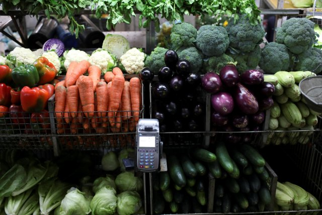 A point-of-sale (POS) device is seen in a fruit and vegetables stall at Chacao Municipal Market in Caracas, Venezuela January 19, 2018. Picture taken January 19, 2018. REUTERS/Marco Bello