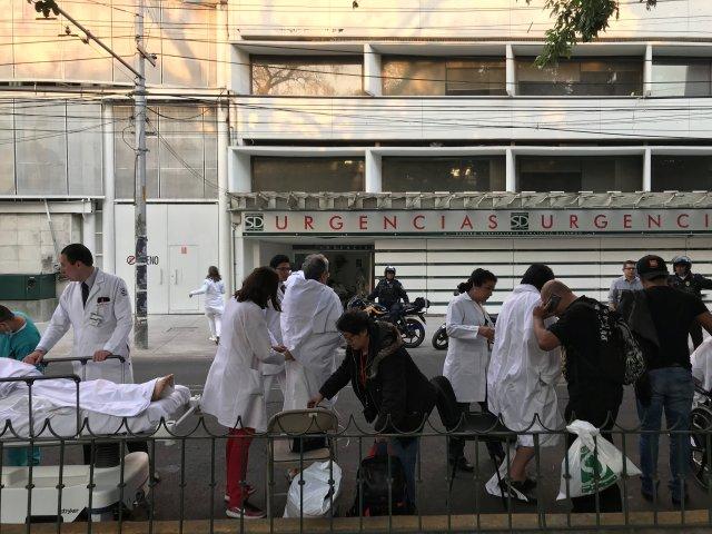 Un grupo de personas se para en la calle después de que un terremoto sacudiera edificios en la Ciudad de México, México, 16 de febrero de 2018. REUTERS/Claudia Daut