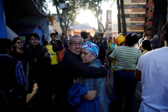 La gente reacciona después de que un terremoto sacudiera edificios en la Ciudad de México, México, el 16 de febrero de 2018. REUTERS / Edgard Garrido