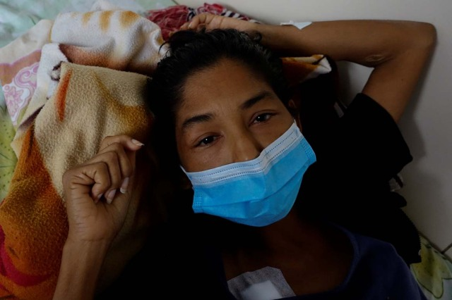 Yasmira Castano, 40, who lost her transplanted kidney, lies on a bed at a state hospital in Caracas, Venezuela February 7, 2018. Castano was unable to find the drugs needed to keep her body from rejecting the organ. On Christmas Eve 2017, she was rushed to a state hospital. Her immune system had attacked the foreign organ and she lost her kidney shortly afterwards. Picture taken February 7, 2018. REUTERS/Carlos Garcia Rawlins