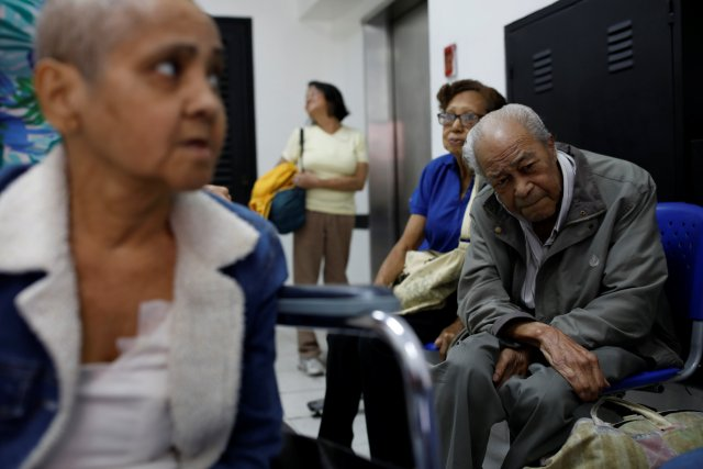 Francisco Marti (R), 78, a kidney disease patient, recovers while waiting to be picked up after a dialysis session, at waiting room of a dialysis center in Caracas, Venezuela February 6, 2018. Picture taken February 6, 2018. REUTERS/Carlos Garcia Rawlins