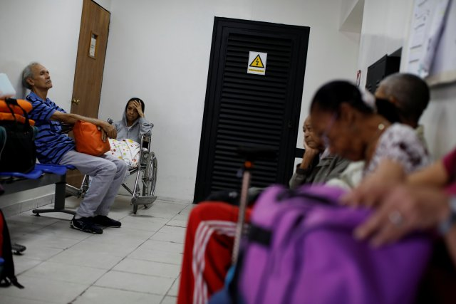 Kidney disease patients and their relatives wait at the waiting room of a dialysis center in Caracas, Venezuela February 6, 2018. Picture taken February 6, 2018. REUTERS/Carlos Garcia Rawlins