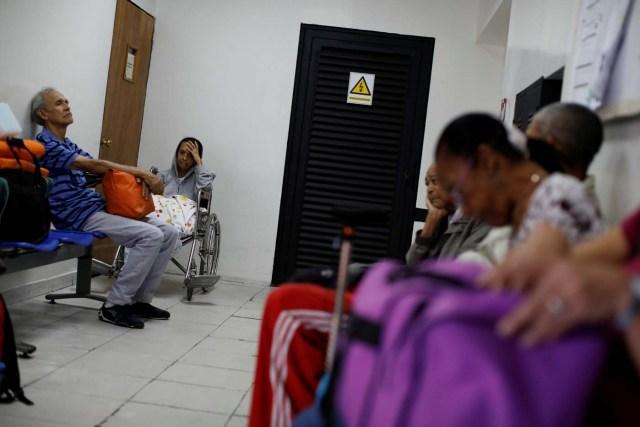 Los pacientes con enfermedad renal y sus familiares esperan en la sala de espera de un centro de diálisis en Caracas, Venezuela, el 6 de febrero de 2018. Foto tomada el 6 de febrero de 2018. REUTERS / Carlos Garcia Rawlins